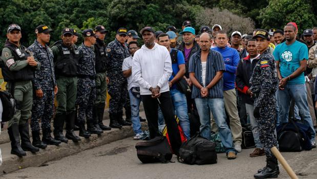 El régimen venezolano libera y deporta a 59 colombianos detenidos hace tres años