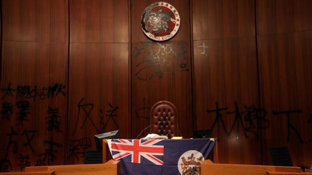 En directo, ABC, dentro del Parlamento de Hong Kong: Los manifestantes despliegan una bandera de la época británica