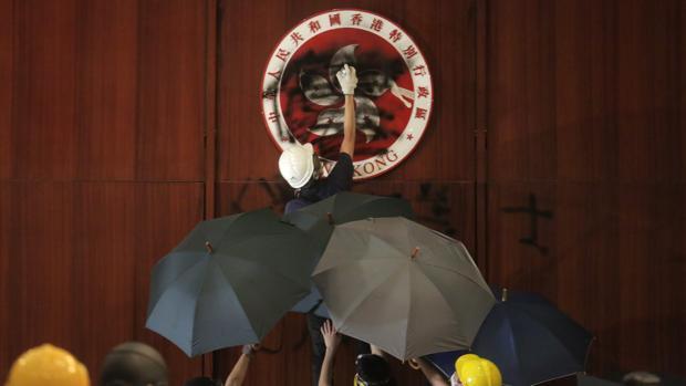 Estalla la violencia en las protestas de Hong Kong con el asalto al Parlamento