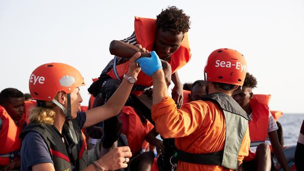 Dos barcos con inmigrantes desafían a Salvini y se dirigen a Lampedusa