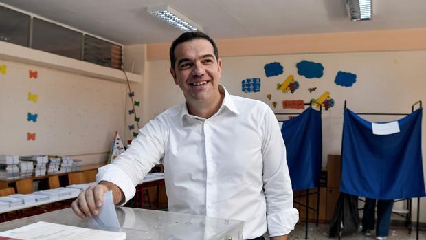 Alexis Tsipras tras votar esta mañana: «Damos una batalla crucial con optimismo hasta el final»