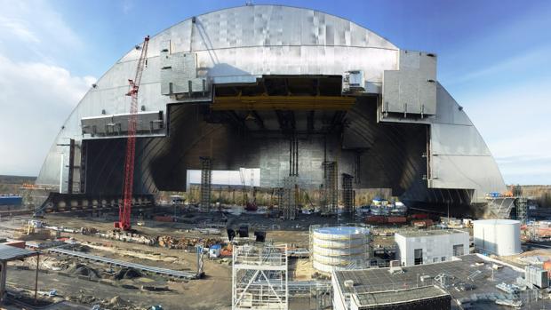 Ucrania se hace con el control del sarcófago gigante que cubrirá Chernóbil durante cien años