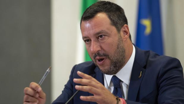 Salvini pide un registro de campamentos gitanos en Italia para «demoler los ilegales»