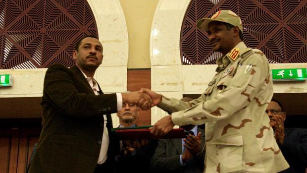 La junta militar de Sudán y la oposición firman un acuerdo para compartir el poder los próximos tres años