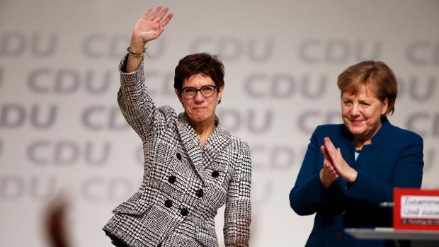Merkel reemplaza a Von der Leyen como ministra de Defensa por su sucesora en la CDU
