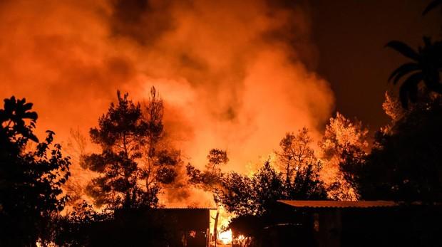 Un gran incendio arrasa la isla de Eubea, en el mar Egeo