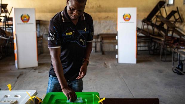 Mozambique vota unas cruciales elecciones en un clima tenso y de alto riesgo