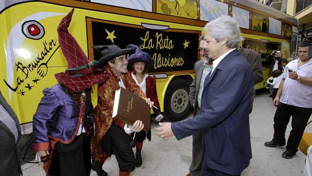 Xavier Gabriel (c), propietario de la administración de lotería «La Bruixa d'Or» de Sort (Lleida)