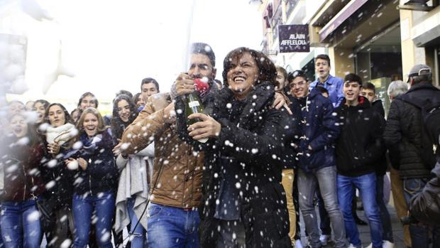 Júbilo ante la Administración de Lotería de la calle Santa Eulalia, en Mérida (Badajoz), que ha vendido un décimo del 59.444, uno de los dos cuartos premios, y otro décimo del 04.536, el segundo premio