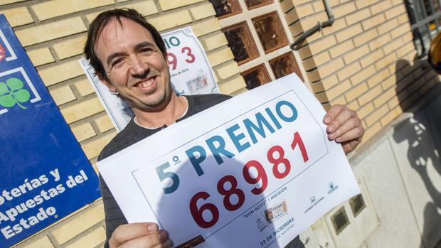 Vecino del municipio toledano de Mocejón muestra su alegría después que haya caído un quinto premio del sorteo de la Lotería de Navidad