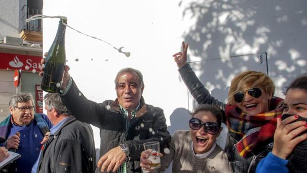 """Vecinos de Olivenza (Badajoz) celebran el """"El Gordo"""" de la Lotería de Navidad"""