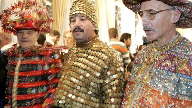 El día del sorteo es tradicional que la gente acuda disfrazada al Teatro Real