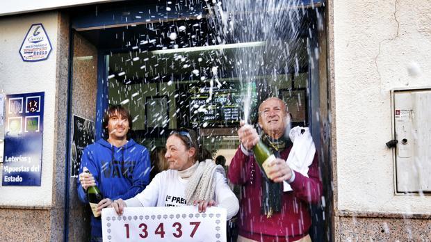 Un grupo de personas celebrando el Gordo de la Lotería de Navidad