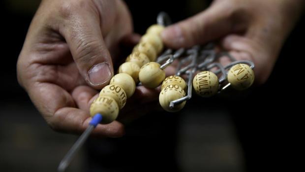 Los bolas de la Lotería de Navidad, tras desembarcar en el Teatro Real de Madrid