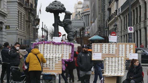 Colas en las administraciones de la zona centro de Madrid para comprar décimos para el sorteo de la Lotería de Navidad