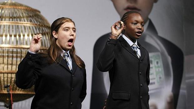 Las niñas de San Ildefonso cantando un número premiado de la Lotería de Navidad