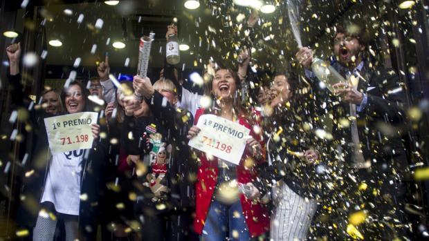 Varias personas celebran el primer premio en Madrid