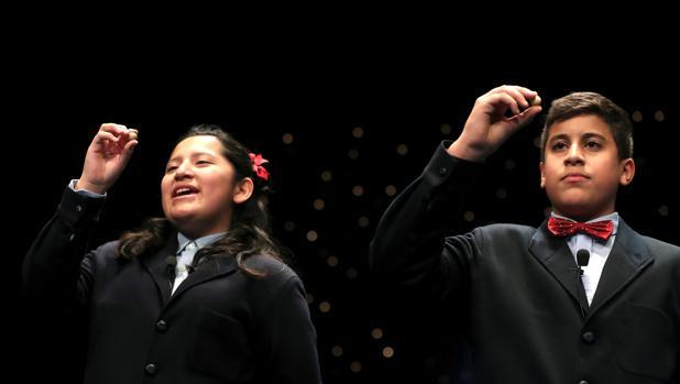 Yossueff Salhi y Noelia Katiuska, cantando el Gordo