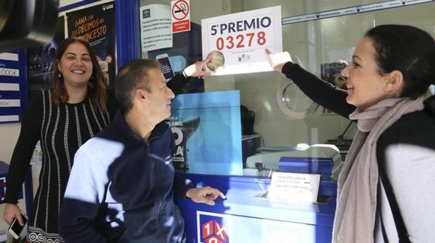 Varias personas celebran el quinto premio de la Lotería en Sevilla