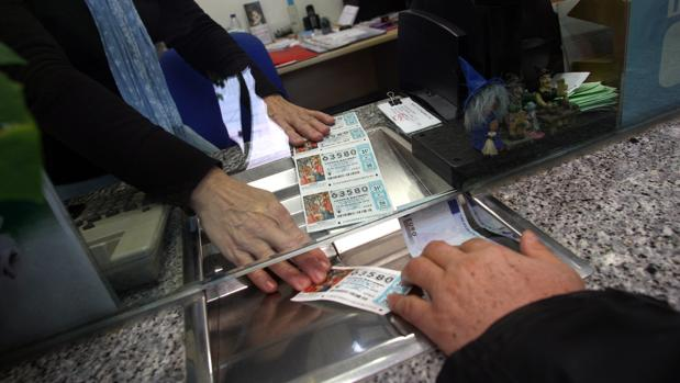 Para compartir un décimo de la Lotería de Navidad es recomendable conocer las claves legales