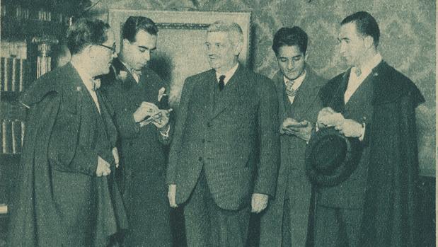 Los periodistas entrevistan al ministro de Hacienda, Jaime Carner, el hombre afortunado de 1931
