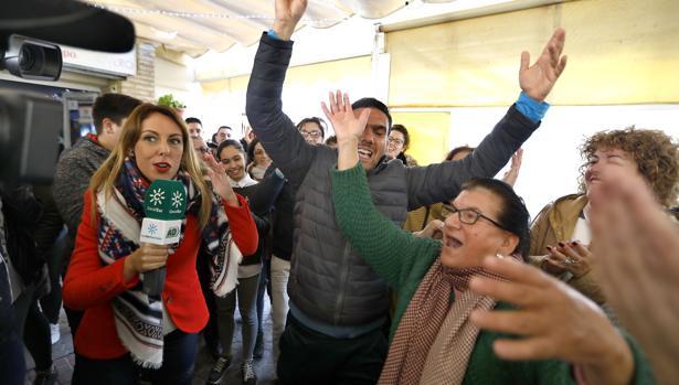 En el Bar Bocha, la Hermandad del Cristo de los Gitanos celebra el quinto premio el año pasado