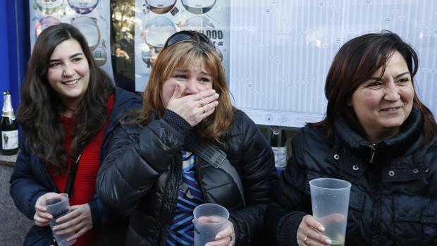 Celebraciones en la administración de loterías de Leganés agraciada con el primer premio gordo de la Lotería del Niño