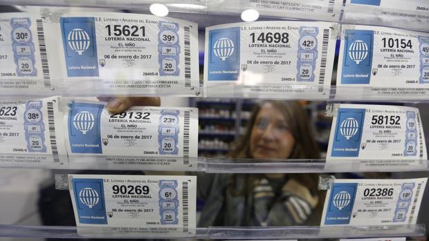 Una lotera coloca décimos de la Lotería del Niño en Córdoba
