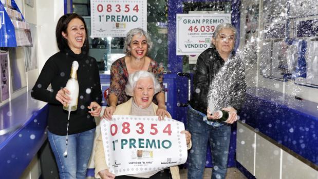 Celebración del primer premio de la Lotería del Niño de 2017