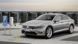 El Passat GTE es el primer híbrido enchufable disponible tanto en berlina como familiar