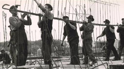 Trabajadores durante la construcción de la fñabrica en Hannover