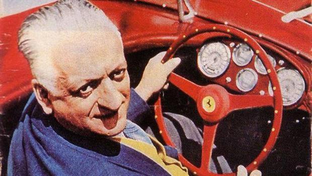 Enzo Ferrari al volante de uno de sus coches
