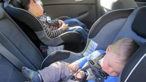 El peligro de llevar mal sentados a los niños en coche