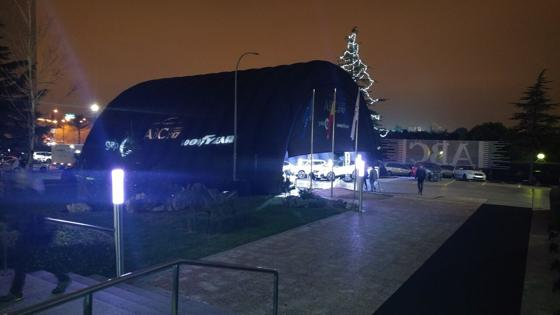 Falta poco más de una hora para que se elija el ganador y así luce la carpa que alberga los cinco vehículos finalistas