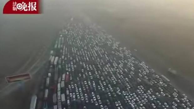 YOUTUBE:  Graban desde un «drone» un espectacular atasco en una autopista china