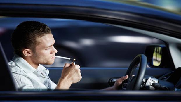 Se puede fumar miestras conducimos pero podrían multarnos si resulta peligroso a ojos del agente de tráfico