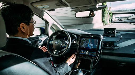 Tetsuya Iijima, Director de Desarrollo Tecnológico para la Conducción Autónoma de Nissan tras el volante del Nissan Leaf AD