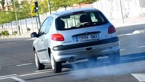 Si tu coche suelta este humo, ya puedes ir pensando en cambiarlo