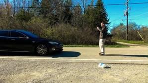 Intenta atropellar a su amigo y lo salva el piloto automático de Tesla