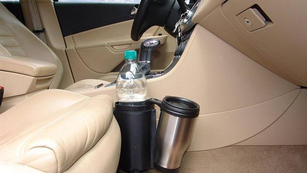En el coche hay que hidratarse, pero no mientras conduces