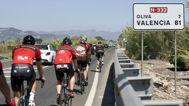 Ciclistas y conductores ignoran como tratarse en el asfalto