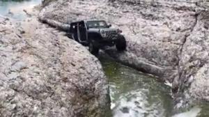 ¿Podrá salir este coche de una situación tan complicada?