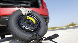 Cómo cambiar una rueda pinchada en diez pasos