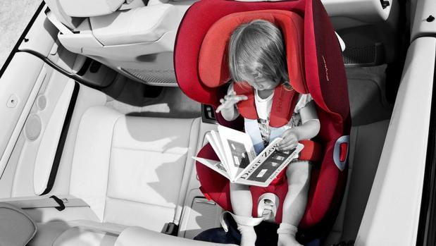 ¿Es legal llevar a los niños en el asiento delantero del coche?