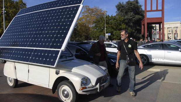 Un Citroën Dyane-2CV de 1973, transformado en un coche eléctrico y alimentado mediante un panel solar