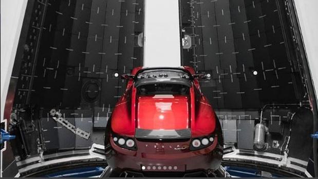 El Roadster de Musk, ya instalado en el interior de un Falcon Heavy de Space X