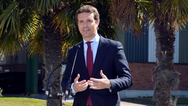 Pablo Casado subraya el compromiso de su partido con la industria de la automoción durante su visita a la fábrica de Renault.