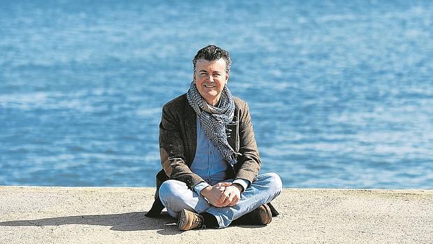 Ramón Gener disfruta del sol cálido de invierno en la playa de la Barceloneta