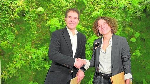 Sonia Castañeda y Óscar Martín se dan la mano tras la firma del acuerdo de colaboración