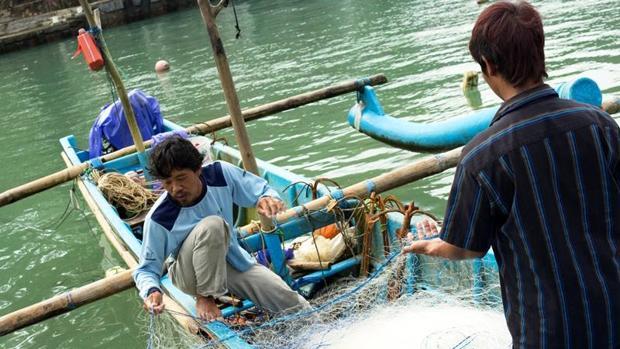 Se considera que al menos 640 000 toneladas de aparejos de pesca se pierden o se abandonan en los océanos cada año